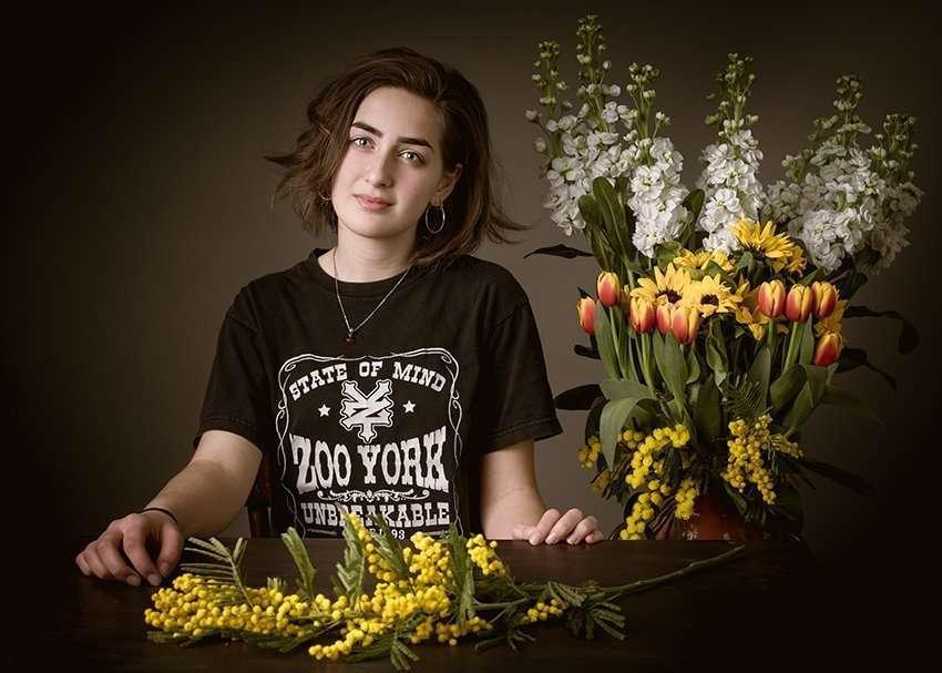 Flavio Romualdo Garofano fotografo ritratto di ragazza con fiori