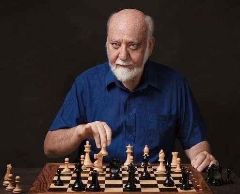 fotografo di ritratto di giocatore di scacchi nella mossa de l'arrocco
